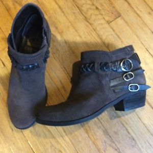 Crown Vintage brown suede ankle boots. Size 5.5